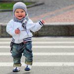 Kind auf Zebrastreifen